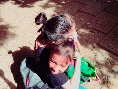 カンボジアのデイケアセンターの子供たちとボランティア