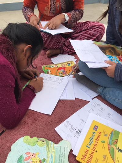子供たちの勉強を見たネパールでのケアプロジェクト