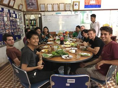 食事時における集合写真