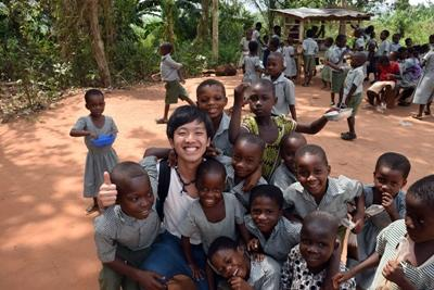 アフリカの子供たちの未来のために取り組むボランティア