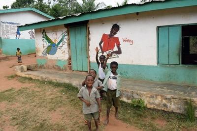 ボランティアが建てた学校で学ぶ子供たち