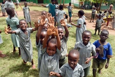 プロジェクトアブロードが建てた学校のガーナの生徒たち