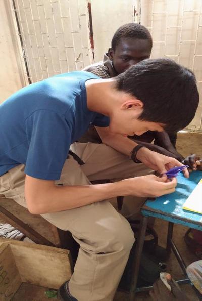 ボランティアが国際開発プロジェクトに取り組む様子