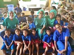 Voluntarias destistas en grupo con niños