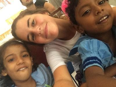 Voluntaria con dos niños. Projects Abroad Sri. Lanka