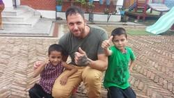 Voluntarios de Projects Abroad con niños de trabajo social en Nepal