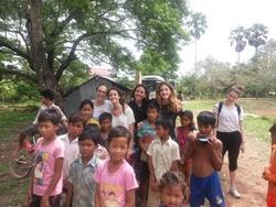 Voluntarios de Projects Abroad en trabajo social en Camboya