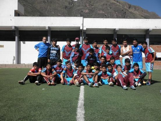 Equipo de futbol del proyecto deportivo de Projects Abroad en Perú.