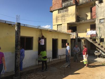 School schilderen tijdens groepsreis met vrijwilligerswerk in nepal
