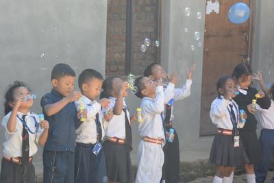 Activiteiten met kinderen tijdens groepsreis nepal