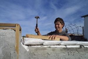 Douwe de Vries op het bouw project in zijn tussenjaar