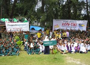 De nationale beach clean-up dag met het leger en scholen