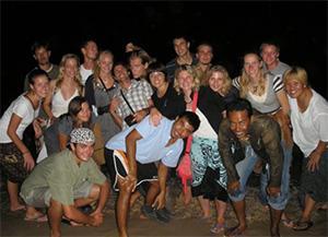 Een groepsfoto met alle vrijwilligers en medewerkers tijdens Loy Kratong festival