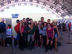 Vrijwilligers uitzwaaien bij vliegveld Thalassa