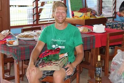 Fysiotherapie vrijwilliger Tobias tijdens zijn laatste dag in Samoa