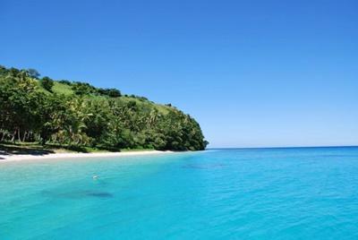 Klart blått hav med hai utenfor Fiji
