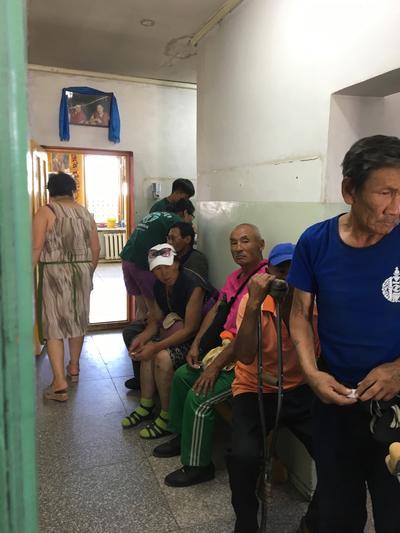 Ludzie czekający na poczekalni w szpitalu (Mongolia)