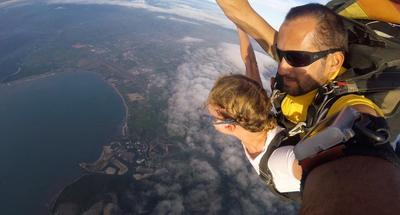 Michalina skacze ze spadochronem podczas pobytu na Fidżi