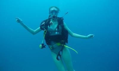 Michalina pozuje do zdjęcia podczas nurkowania na Fidżi