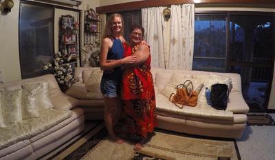 Michalina przytula się ze swoją host mamą