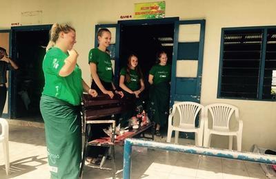 Michalina śmieje się wraz z innymi wolontariuszkami