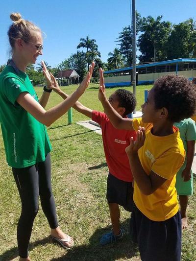 Michalina przybija piątki z lokalnymi dziećmi
