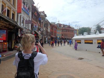 Wolontariuszka robi zdjęcie miasta