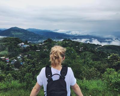 Wolontariuszka podziwia krajobrazy Nepalu