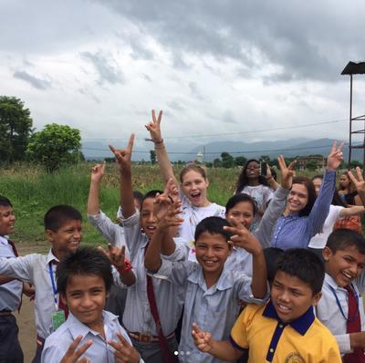 Sabina pozuje do zdjęcia z gromadą lokalnych dzieci