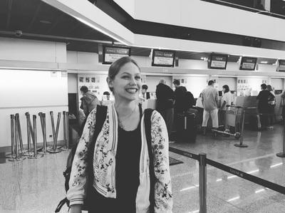Sabina pozuje do zdjęcia na warszawskim lotnisku im. Chopina