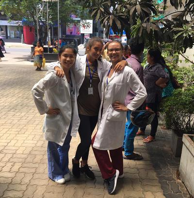 Wolontariuszki Projects Abroad w medycznych uniformach